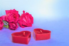 Bakgrund med röda hjärtor, gåvor och stearinljus Begreppet av Valentine Day royaltyfri bild