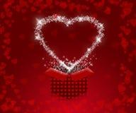 Bakgrund med röda hjärtor och gåvaask till valentin dag Arkivfoton