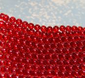 Bakgrund med röda små pärlor Arkivbild