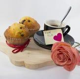 Bakgrund med rosa muffin för magasinkopp två och det självhäftande kortet royaltyfria bilder
