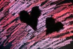 Bakgrund med rosa och rött kritaabstrakt begrepp målade hjärtor royaltyfri foto