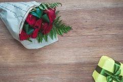 Bakgrund med rosor och en gåva Fotografering för Bildbyråer