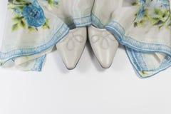 Bakgrund med skor för tappningkvinna` s draperade i en blå blom- siden- halsduk, utrymme för text Royaltyfria Foton
