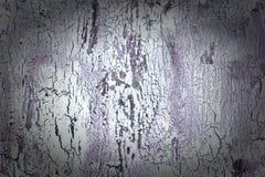 Bakgrund med sprucken vit och mörk violett målarfärg Textur av den gamla grova beläggningen En vägg med ett ovanligt, abstrakt be Arkivfoton