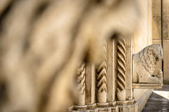 Bakgrund med stenlejonstatyn Royaltyfri Foto