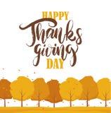 Bakgrund med träd, sidor faller och handskriven bokstäver av den lyckliga tacksägelsedagen Arkivbilder