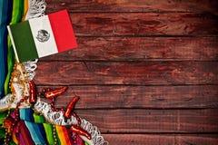 Bakgrund: Mexicansk flagga på träbakgrund Royaltyfri Bild