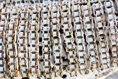 Bakgrund och textur av hemslöjd belägger med metall konstverk från använda reservdelar Arkivfoton