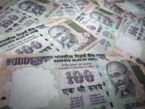 Bakgrund och textur av indisk valuta 100 rupie sedel Arkivfoto