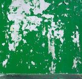 Bakgrund skalad grön målarfärg på väggen Arkivbild