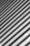 Bakgrund som består av ljus och mörka band av diagonalt med gradvist göra suddig Arkivbilder
