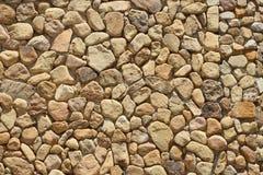 Bakgrund som göras av en closeup av en vägg med kiselstenar Arkivfoton