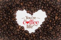 Bakgrund som göras av kaffebönor i en hjärtaform med meddelande` dig beträffande ` kaffet av min liv`, Royaltyfria Bilder