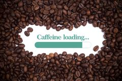 Bakgrund som göras av kaffebönor med en päfyllning för koffein för päfyllningsstång- och meddelande` `, royaltyfri fotografi