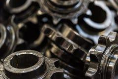Bakgrund som göras av svart, sporrar kugghjul eller kugghjul Arkivbilder