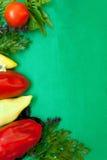 Bakgrund som kantas med grönsakerna och gräsplanerna Royaltyfri Bild