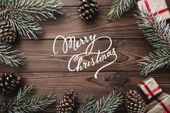 bakgrund som stiger ombord inomhus trä för brunt fragment Granfilialer, dekorativa kottar Meddelandeutrymme för jul och nytt år G Arkivbild