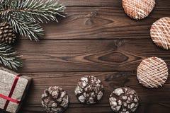 bakgrund som stiger ombord inomhus trä för brunt fragment greeting lyckligt nytt år för 2007 kort Granträd, dekorativ kotte sötsa Royaltyfri Bild