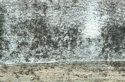Bakgrund som textureras av den vita gamla Grungeväggen Arkivbild