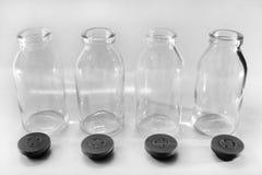 _ bakgrund svart flaska close sammansättning exponeringsglas mjölka överkant upp vertikal Fotografering för Bildbyråer