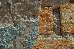 Bakgrund textur av den gamla f?rst?rda kalkstenv?ggen royaltyfria foton