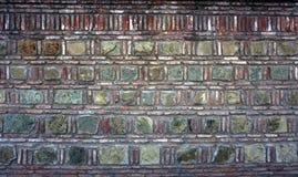 Bakgrund textur av den gamla tappningväggen fodrade med den naturliga stenen av olika format och positioner Royaltyfri Foto