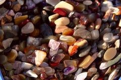 Bakgrund Textur av en grupp av färgrika naturliga stenar för kvinnors smycken royaltyfri foto