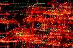 Bakgrund, textur, ljus abstrakt modell i olika linjer för en färg, band och fläckar på en svart bakgrund, neon Royaltyfria Foton