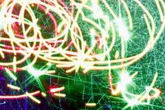 Bakgrund, textur, ljus abstrakt modell i olika linjer för en färg, band och fläckar på en svart bakgrund, neonljus Arkivfoto