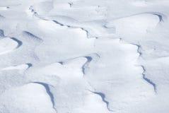 Bakgrund texturerar av den bergiga snowdriften royaltyfri foto