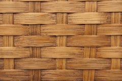 Bakgrund texturerar av ljust - bryna vävd bambu Arkivbilder