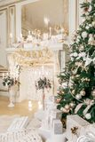 bakgrund undersöker år för toys för mörk afton nytt s för julsammansättning Klassiska lägenheter med en vit spis Royaltyfri Foto