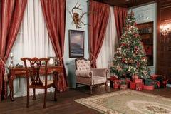 bakgrund undersöker år för toys för mörk afton nytt s för julsammansättning klassiska lägenheter med en vit spis, ett dekorerat t Royaltyfri Bild