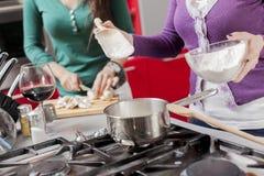 bakgrund unga isolerade vita kvinnor för kök Royaltyfria Bilder