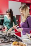 bakgrund unga isolerade vita kvinnor för kök Arkivbilder