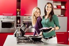 bakgrund unga isolerade vita kvinnor för kök Royaltyfri Fotografi