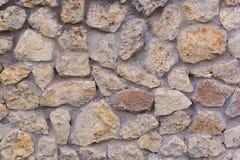 Bakgrund Vägg av den brutna vita stenen royaltyfri bild