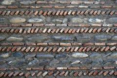 Bakgrund väggtextur från de naturliga stenarna av olika format som ut vertikalt och horisontellt läggas Royaltyfri Foto
