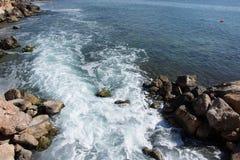 Bakgrund vaggar havet Royaltyfri Foto