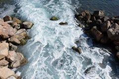 Bakgrund vaggar havet Royaltyfria Bilder