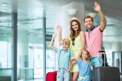 bakgrund vandrar semestrar för toy två för barn familjen vita isolerade s för påsen den stora royaltyfri foto