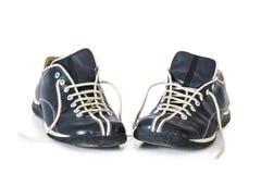 bakgrund vita isolerade male skor Arkivbild