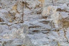 Bakgrunden är den gråa granitkuben royaltyfri foto