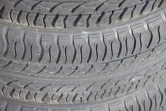 Bakgrunden av däckmönstermodellen av bilhjulet Gummitir Arkivfoto