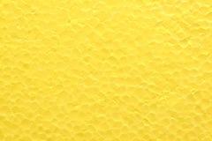 Bakgrunden från den ljusa gula styrofoamen Arkivbild