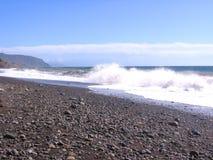 bakgrunden surfar utmärkt havstrandvågorna på kusten med klart havsvatten fotografering för bildbyråer