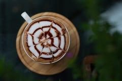 Bakgrunder av Lattekaffe i ett härligt shoppar arkivbilder