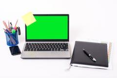 bakgrundsbärbar datorwhite Arkivfoto