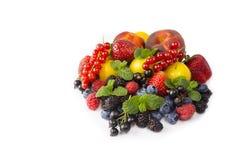 bakgrundsbärfrukter isolerade white Mogna vinbär, jordgubbar, björnbär, bluberries, persikor och gulingplommoner Arkivbild