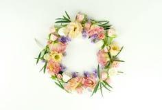 bakgrundsbanret blommar datalistor little rosa spiral Kransram som göras av rosa färg- och lilablommor, och eukalyptusfilialer på fotografering för bildbyråer